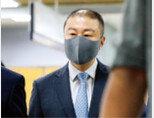 일감 몰아주기 혐의를 받는 구자은 LS엠트론 회장이 8월 10일 서울 서초구 서울중앙지방법원에서 열린 첫 공판에 출석하고 있다. [뉴시스]