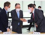 국민의힘 정홍원 선거관리위원장(가운데)이 9월 5일 서울 여의도 당사에서 가진 '공정경선 서약식'에서 윤석열 전 검찰총장(오른쪽)과 인사하고 있다. [동아DB]