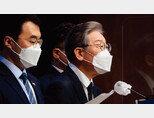 이재명 경기도지사(오른쪽)가 9월 14일 국회 소통관에서 대장동 개발사업 특혜 의혹에 대한 기자회견을 하고 있다. [동아DB]