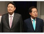 국민의힘 대선 예비후보인 윤석열 전 검찰총장(왼쪽)과 홍준표 의원이 9월 28일 서울 마포구 MBC 신사옥에서 열린 '100분 토론' 생방송에 앞서 준비를 하고 있다. [동아DB]
