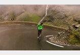 """""""간담이 서늘해"""" 거꾸로 자전거타고 절벽길을 시속 80km로…"""