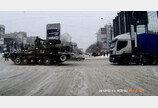 """러시아 흔한 겨울 출근길 """"도로 한복판에 웬 탱크가…"""""""