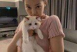 블랙핑크 제니, 고양이 안고 찰칵..'예쁜 애 옆에 예쁜 애'