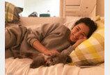 이하늬, 침대서 강아지 쓰다듬으며 찰칵..'러블리 눈웃음'