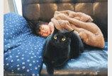 `소파에서 떨어질라`..잠든 아이 곁 지킨 천사 고양이