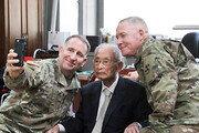 주한미사령관, 백선엽 100세 생일 축하방문