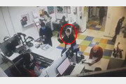 '마스크 쓰라' 제지받자…공공장소서 속옷 벗어 머리에 쓴 여성[월드톡]