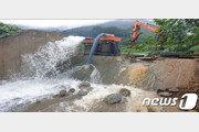 '호우특보' 경기 이천 산양저수지 둑 무너져…주민 대피령