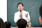 """유승민, '김제동 헌법책' 꺼내들며 """"사이비진보가 헌법가치 독점"""""""