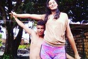 남편은 163cm, 아내는 203cm…키 차이 극복한 '♥'