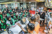 맥도널드 BTS세트 대박… 매장에 몰린 인도네시아 배달기사들