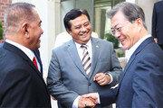 휴가중 印尼 국방장관 만나 '잠수함 세일즈 외교'