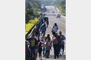 캐러밴 350여명 검문소 자물쇠 부수고 멕시코 진입