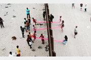 """美-멕시코 국경장벽 가로지른 분홍색 시소…""""우린 연결돼 있다"""""""