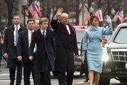 """""""못 알아볼 뻔""""…미국인들, 트럼프 막내 배런 외모 급변에 실망감"""