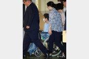"""박근혜 전 대통령, 어깨 수술 받는다…""""혼자 걷기 힘든 상태"""""""
