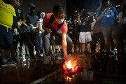 홍콩인들 NBA 스타 르브론 제임스 유니폼 불태워…왜?
