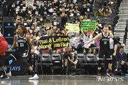美 NBA 경기장으로 번진 홍콩 사태…관중 수십명 시위