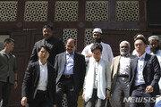 홍콩 장관, 파란색 물대포 맞은 모스크 직접 방문해 사과