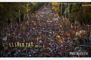 카탈루냐 분리주의자들, 주말 시위에서 경찰과 대규모 충돌