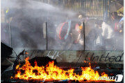 홍콩 시위대가 쏜 불화살에 맞은 경찰…양측 극렬 대치