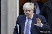 """영국 정치인들  """"홍콩인 英 시민권 보장하라"""" 서한…홍콩선 10만명 청원"""