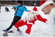 러시아 눈밭서 산타와 축구시합