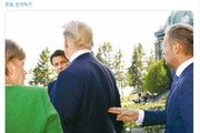 트럼프 등 뒤에서 '손가락 총'  EU 전 상임의장 사진 논란