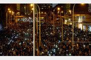 홍콩 수십만명 거리 행진… 범민주파 선거 압승뒤 첫 '실력행사'