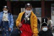 [휴일 한 컷]우한폐렴 공포에 마스크 쓰고 한복 입은 관광객들