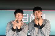 """[피플] """"KT 우승 후 영구결번!"""" 제2의 박경완·김원형 그리는 강현우·소형준"""