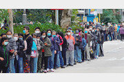 홍콩서 마스크 사려고 길게 선 줄
