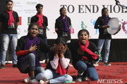 25세 인도 女 대학강사, 스토커 남성에 의해 불 붙여져 사망