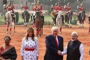 인도 대통령궁서 환대받는 트럼프
