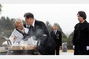 """[청계천 옆 사진관]文대통령 막아선 유족 """"천안함 폭침 누구 소행인가요?"""""""