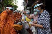 태국 주민들 마스크 쓰고 시주… 고해성사도 드라이브스루… 케이크에는 마스크 장식