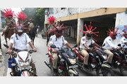 인도 경찰들, 코로나 경각심 높이려 바이러스 모양 헬멧 쓰고 행진