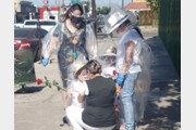 비닐옷 입고 간호사 엄마와 포옹한 아이들
