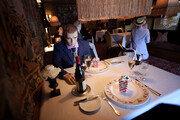 [월드톡]'손님 간 거리두기' 묘안…마네킹 합석 시킨 美 식당
