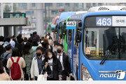 """""""요즘 안쓴 승객 있나?""""…버스·지하철선 이미 마스크 '꽁꽁'"""