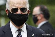 바이든, 마스크 '완전무장'하고 공개행사…트럼프는 '조롱' 리트윗