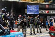 홍콩 경찰 시위대 240명 체포…시위대, 보안법·國歌법에 반대