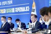 """문대통령, 금융위·산은에 격려금…""""코로나 금융지원 감사"""""""