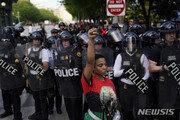 폭스뉴스 기자, 흑인사망 항의 백악관시위대에 '봉변'