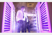 [퇴근길 한 컷]'2020 호텔쇼'서 방역시스템 체험하는 관람객들