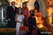 백악관, 사회적 거리 둔 핼러윈…트럼프는 마스크 안 써