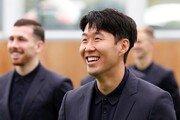 손흥민, 토트넘 단체 촬영서 검정 수트 입고 살인 미소