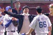 STL 김광현, 윤희상 은퇴 경기에 깜짝 등장…뜨거운 포옹