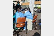 확산되는 코로나…야외서 난방기 틀고 선별검사하는 의료진들 [퇴근길 한 컷]