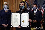 """펠로시, 트럼프 탄핵안 공식 서명…""""누구도 법 위에 있지 않아"""""""